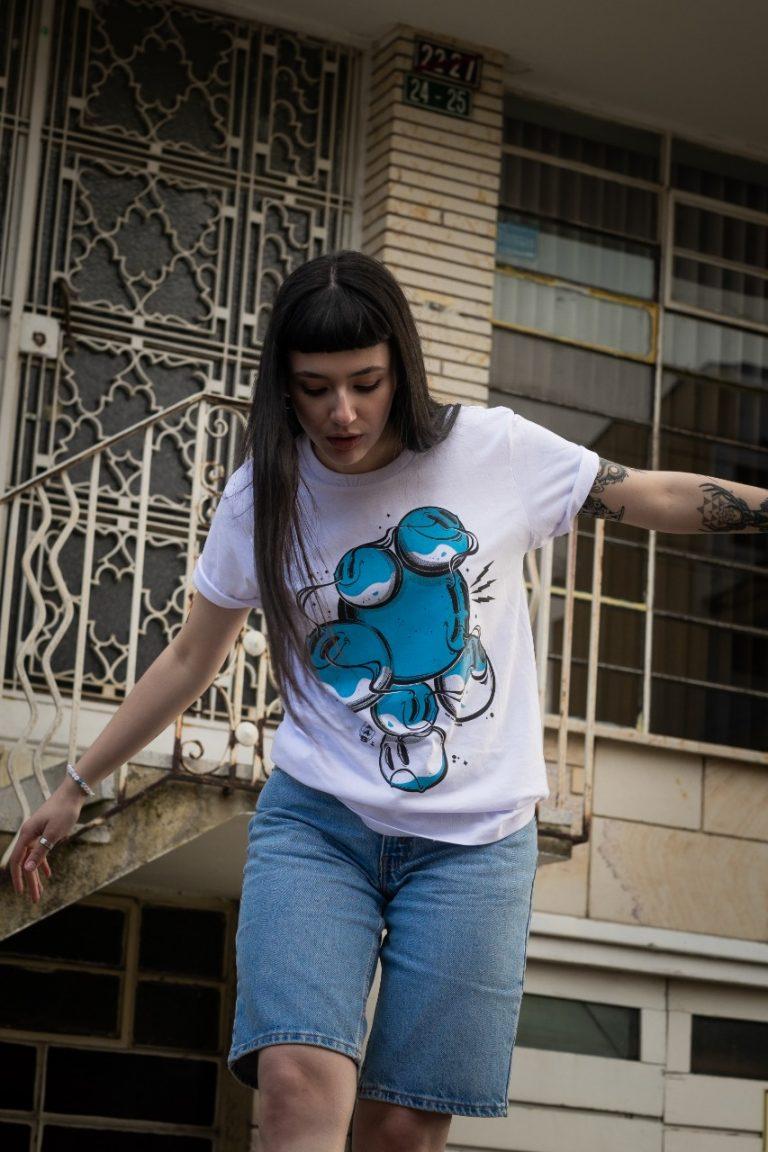 Camisa blanca, Serigrafía azul MAAS