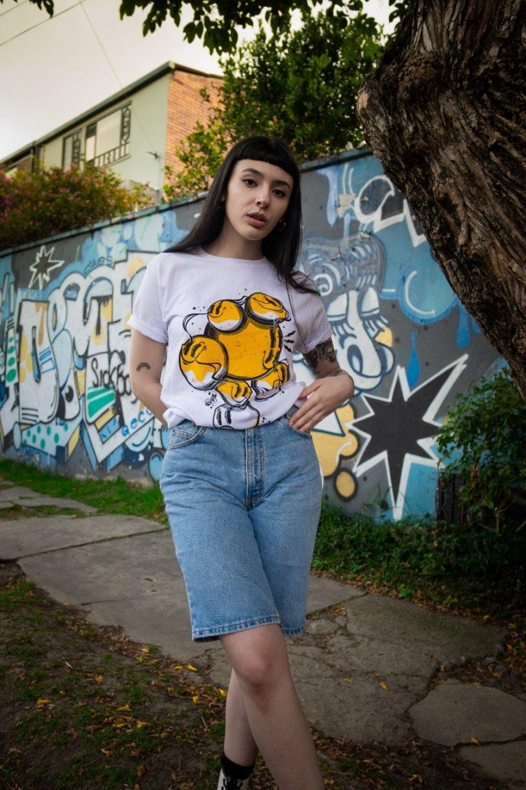 Camisa blanca, Serigrafía amarilla MAAS