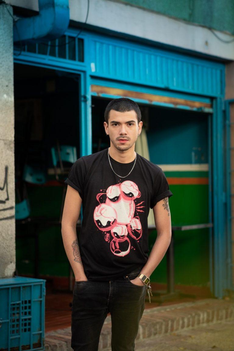 Camisa negra, Serigrafía rosada MAAS